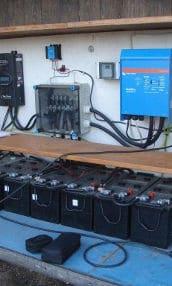 Batterien, Laderegler und Wechselrichter einer stationären Photovoltaik Inselanlage