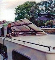 Aufgeständerte Solar-Module auf dem Dach des Hausbootes, Ansicht von hinten mit Gestell