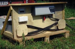 Studer Wechselrichter und Batteriekomponente auf Palette montiert