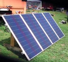 amorphe Solarmodule stehen aufgeständert auf einer Wiese