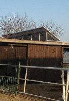 Solarmodule auf einem Stall von Norden aus gesehen