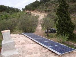 Solar Inselanlage auf Hausdach. Im Hintergrund ein Olivenhain in Spanien.