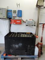 Batterie, Laderegler und Wechselrichter der Solar Inselanlage Wohnhaus