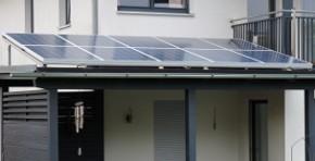 Solarmodule auf dem Vordach eines Wohnhauses