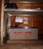 Solarladeregeler, Wechselrichter und Solarbatterie einer Inselanlage