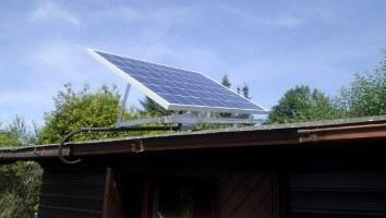 Solarmodul einer Solar Inselanlage auf einem Gartenhaus.
